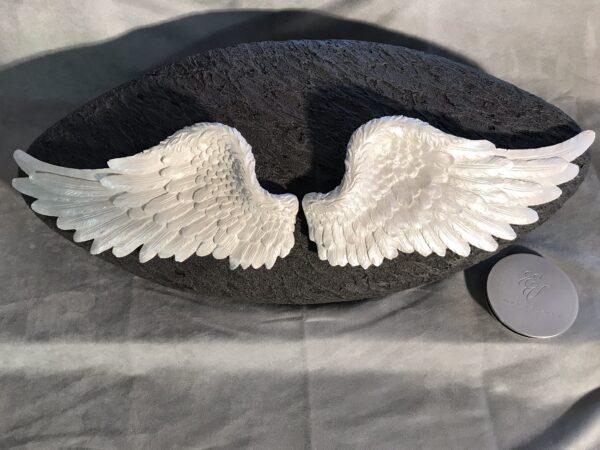 Menschenurne mit Engelflügel und Deckel, schwarz, weiss
