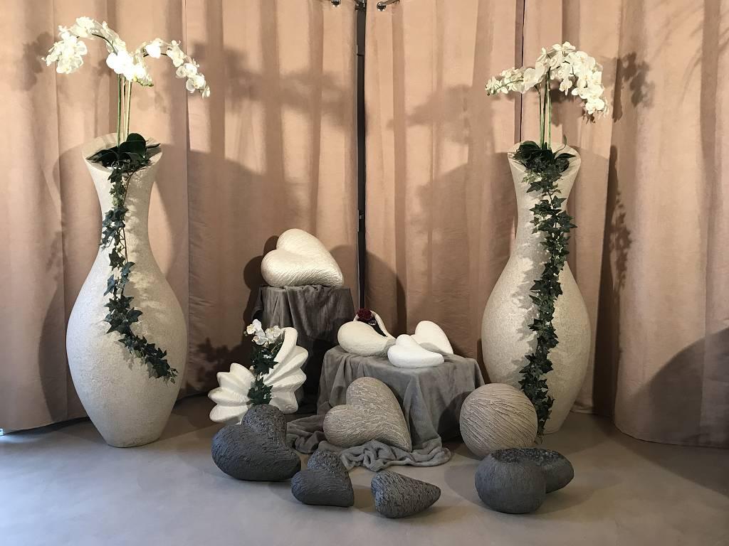 Urnen und Tierurnen platziert zwischen Amphoren Skulpturen